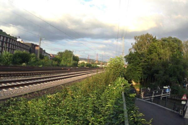 Blick von der Eisenbahnbrücke über den Rossnecker in Richtung Weststadt und geplantem Neckaruferpark