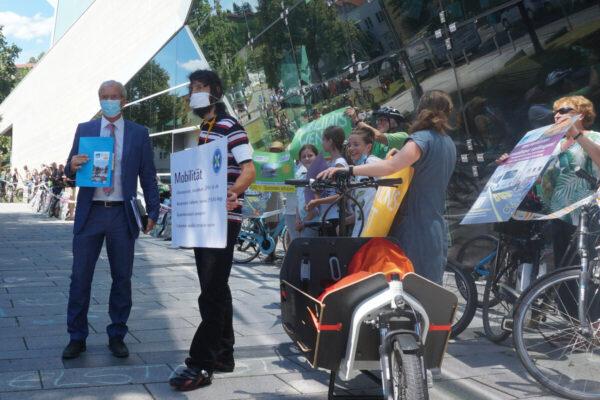 Petitionsübergabe an Oberbürgermeister Dr. Jürgen Zieger mit einer Menschen-Fahrrad-Kette entlang des Neckarforums.