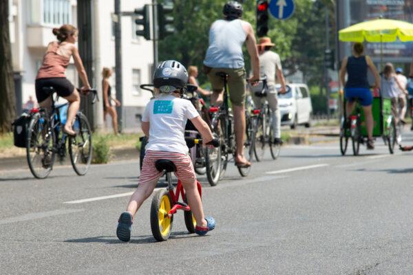 Kind auf Laufrad in Köln
