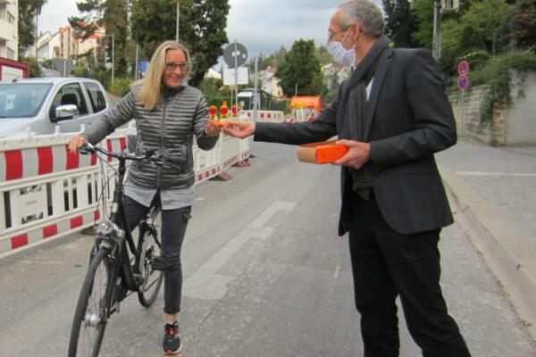 Baubürgermeister Wilfried Wallbrecht bedankt sich zusammen mit dem ADFC bei Allen, die umweltfreundlich mit dem Rad oder zu Fuß unterwegs sind.