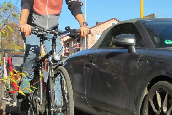 Parkendes Auto auf dem Radweg zwingt Radfahrer auf die Straße
