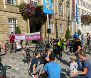 Start der KidicalMass vor dem Rathaus